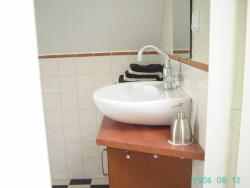 Badkamer_2_wastafel_Bed_and_Breakfast_Centrum_Den_Bosch